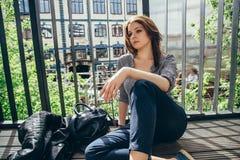 Mujer joven pensativa que se sienta en el balcón Fotografía de archivo libre de regalías