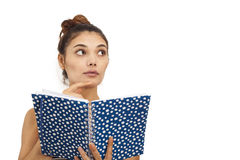 Mujer joven pensativa que sostiene el cuaderno y el lápiz Imagen de archivo