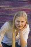Mujer joven pensativa rubia Fotografía de archivo libre de regalías