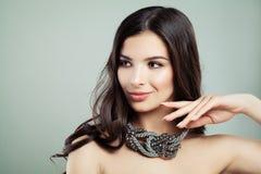 Mujer joven perfecta con el pelo de Brown y el collar ondulados de la joyería Imagen de archivo libre de regalías