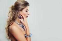 Mujer joven perfecta con el pelo de Brown y el collar ondulados de la joyería Imagen de archivo