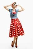 Mujer joven Pin-para arriba en el estilo americano del vintage que intenta en las gafas de sol fotos de archivo