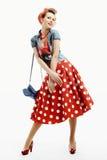 Mujer joven Pin-para arriba en estilo americano del vintage con un embrague Imágenes de archivo libres de regalías