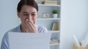 Mujer joven pobre que llora después de mirar el aviso del despido almacen de video