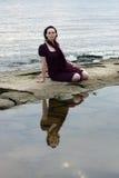 Mujer joven por el agua Fotografía de archivo