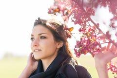 Mujer joven por el manzano floreciente Imágenes de archivo libres de regalías