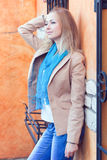 Mujer joven por la ventana con las barras forjadas Fotos de archivo