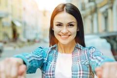 Mujer joven positiva que sonríe feliz Fotos de archivo libres de regalías