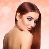 Mujer joven preciosa con el pelo perfecto del marrón del streight con ey azul Imágenes de archivo libres de regalías