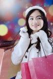 Mujer joven preciosa con los bolsos de compras Fotografía de archivo