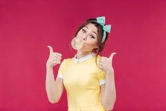 Mujer joven preciosa feliz con la burbuja rosada del chicle Fotos de archivo libres de regalías