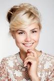 Mujer joven preciosa que sonríe en estudio Imagen de archivo libre de regalías