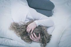 Mujer joven preocupada imagen de archivo