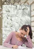 Mujer joven preocupante del estudiante que estudia contra fondo salpicado marrón y blanco Foto de archivo libre de regalías