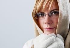 Mujer joven preocupante en invierno con el cabo Fotos de archivo libres de regalías