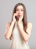 Mujer joven preocupante que habla en el teléfono Foto de archivo libre de regalías