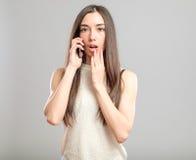 Mujer joven preocupante que habla en el teléfono Imágenes de archivo libres de regalías