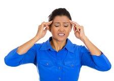 Mujer joven preocupante que tiene dolor de cabeza realmente malo Imagen de archivo libre de regalías