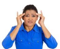 Mujer joven preocupante que tiene dolor de cabeza realmente malo Imagen de archivo