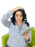 Mujer joven preocupante subrayada que usa medios sociales Foto de archivo libre de regalías
