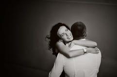 Mujer joven que abraza blando a su novio Imagen de archivo