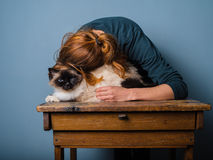 Mujer joven que abraza su gato Fotografía de archivo libre de regalías