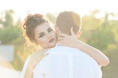 Mujer joven que abraza a su novio Fotografía de archivo