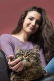 Mujer joven que abraza un gato Imagen de archivo libre de regalías
