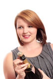 Mujer joven que abre una botella de champán Fotografía de archivo