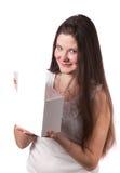 Mujer joven que abre una caja de regalo Fotografía de archivo