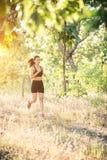 Mujer joven que activa en el camino rural en naturaleza del bosque Imágenes de archivo libres de regalías