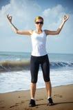 Mujer joven que activa en la playa Fotos de archivo libres de regalías