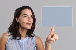 Mujer joven que activa una pantalla virtual Foto de archivo libre de regalías