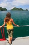 Mujer joven que admira la escena de un barco, Ang Thong National Marin Imagen de archivo libre de regalías