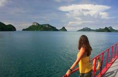 Mujer joven que admira la escena de un barco, Ang Thong National Marin Fotografía de archivo