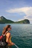 Mujer joven que admira la escena de un barco, Ang Thong National Marin Imágenes de archivo libres de regalías