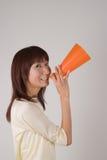 Mujer joven que anima con el megáfono Fotografía de archivo