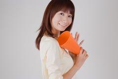 Mujer joven que anima con el megáfono Foto de archivo