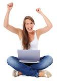 Mujer joven que anima con la computadora portátil Imagen de archivo libre de regalías
