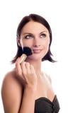 Mujer joven que aplica blusher Imágenes de archivo libres de regalías