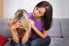Mujer joven que apoya a su amigo deprimido Foto de archivo libre de regalías