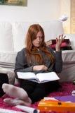 Mujer joven que aprende antes de examen Fotografía de archivo libre de regalías