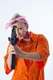 Mujer joven que apunta con el rifle automático Imágenes de archivo libres de regalías