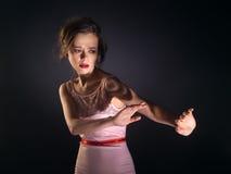 Mujer joven que arroja lejos de la luz Imagen de archivo libre de regalías