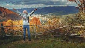 Mujer joven que aumenta las manos en punto del Mountain View almacen de video