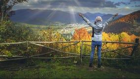Mujer joven que aumenta las manos en punto del Mountain View metrajes