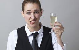 Mujer joven que aumenta un vidrio de vino blanco agudo Fotos de archivo libres de regalías