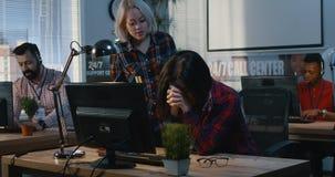 Mujer joven que ayuda a su colega