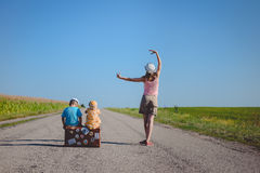Mujer joven que baila cerca de dos niños con Imágenes de archivo libres de regalías