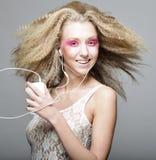 Mujer joven que baila a la música en sus auriculares Fotografía de archivo